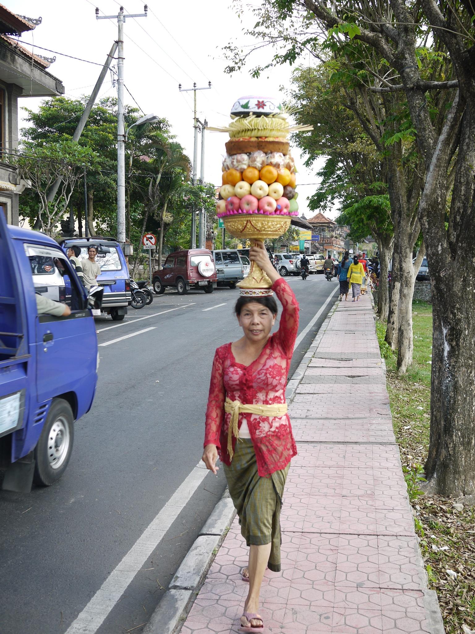 頭の上で運ぶ女性